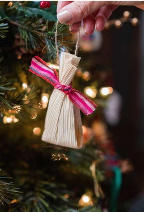 Decoración de Navidad con temática mexicana; esfera de tamal, comida de México, para árbol navideño con luces
