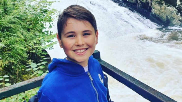 Noah Whitehead usando una chamarra azul y sonriendo para la foto