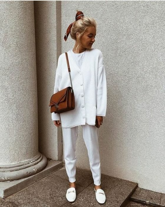 Girl wearing a total white look of mules, pants, a white shirt and an oversized button-down cardigan