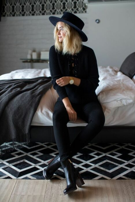 Chica usando sombrero de color negro con outfit de total black look