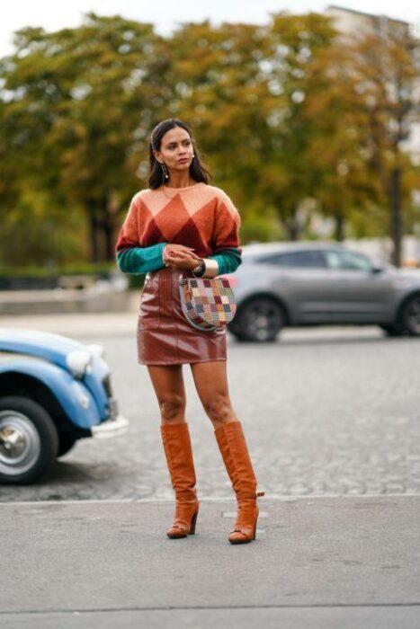 Chica usando un conjunto de color café y naranja con estampado de rombos