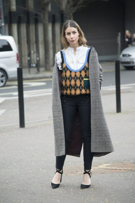 Chica usando un chaleco de rombos