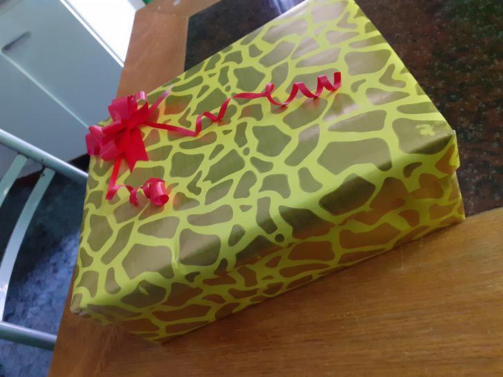 Caja de regalo con un moño rojo