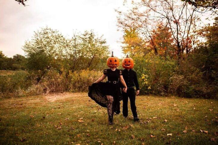 Sesión de foto en pareja con una calabaza en la cabeza