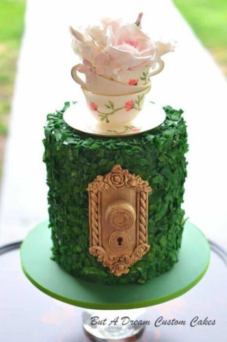 Pastel con betún de limón decorado con una taza inspirada en Alicia en el país de las maravillas
