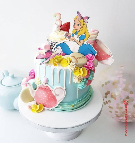 Pastel con chorreado de vainilla inspirado en Alicia en el país de las maravillas