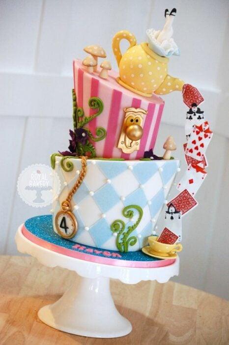 Pastel con una tetera chorreando barajas inspirado en Alicia en el país de las maravillas