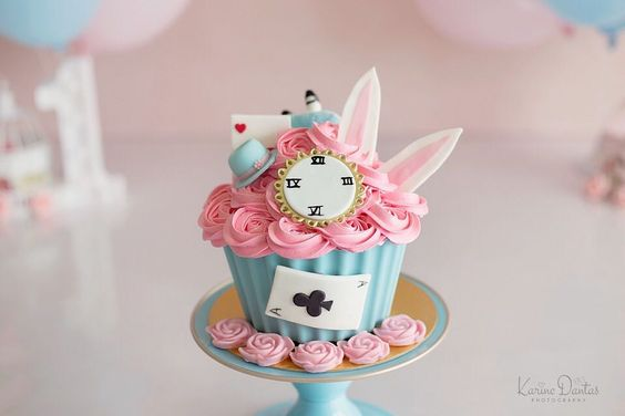 Cupcake en color rosa inspirado en Alicia en el país de las maravillas