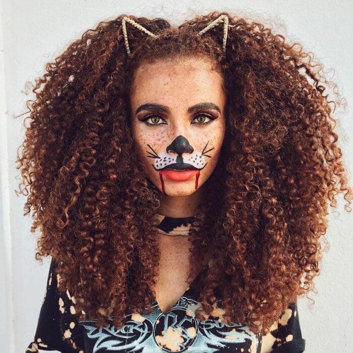 Chica con el cabello rizado y una diadema de gatito