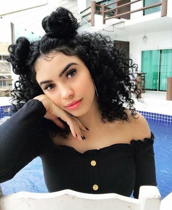Chica de cabello rizado con doble bun