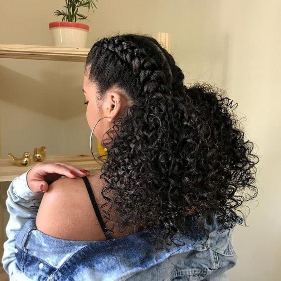 Chica de cabello rizado con medias trenzas