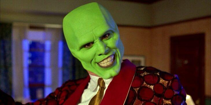 Escena de la película La Mascara. Jim Carrey usando una mascara verde y un traje de color rojo