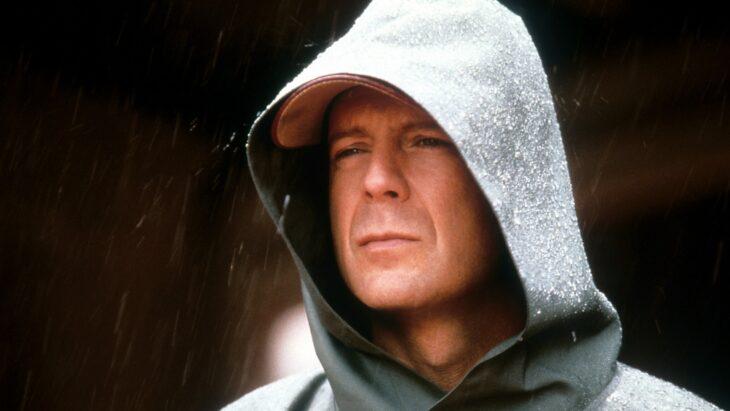 Escena de El Protegido, Bruce Willis parado bajo la lluvia