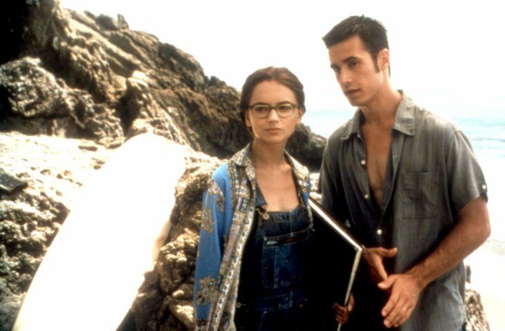 Escena de la película She's all that. Pareja disfrutando de un día en la playa