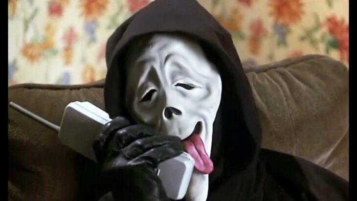 Escena de la película Scary Movie, personaje hablando por teléfono