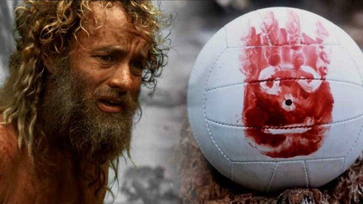 Escena de la película Naufrago. Hombre viendo a su balón de voleibol