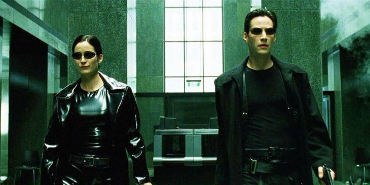 Escena de la película Matrix. Neo y Trinity esperando afuera de un elevador