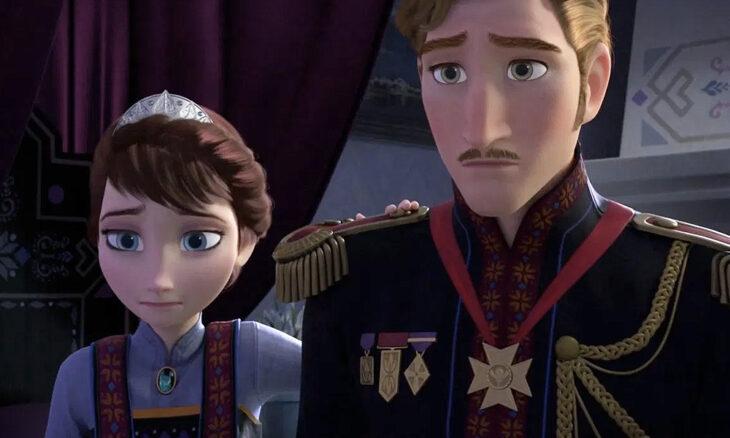 Papás de Elsa y Ana de Frozen viendo a Elsa con sus poderes