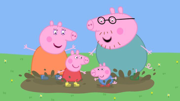 Papás de Peppa Pig jugando en el lodo con sus hijos