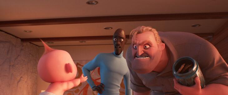 Bob Parr dándole galletas a su hijo en la película de Los Increíbles