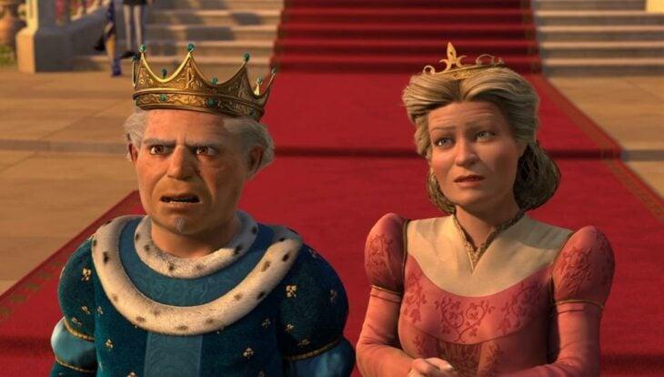 Reyes de muy muy lejano viendo como llega su hija Fiona al reino
