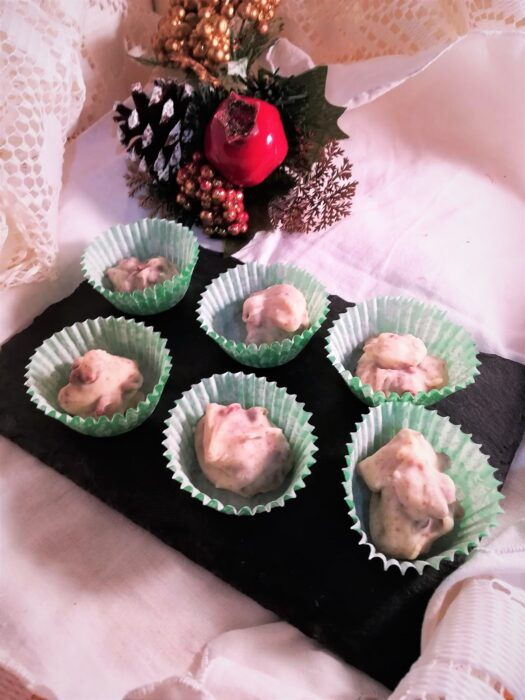 Rocas de chocolate blanco con cubierta de fresa
