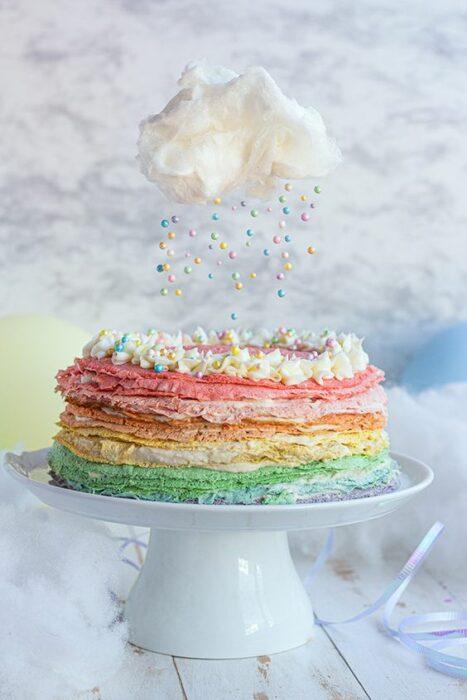 Deliciosas crepas arcoíris con relleno de crema dulce; postre de cocción sin horno