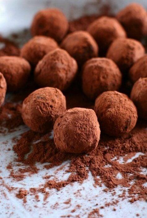 Trufas de chocolate con cacao en polvo; postre de cocción sin horno