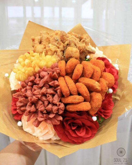 Ramos de nuggets de pollo y papas con papel amarillo