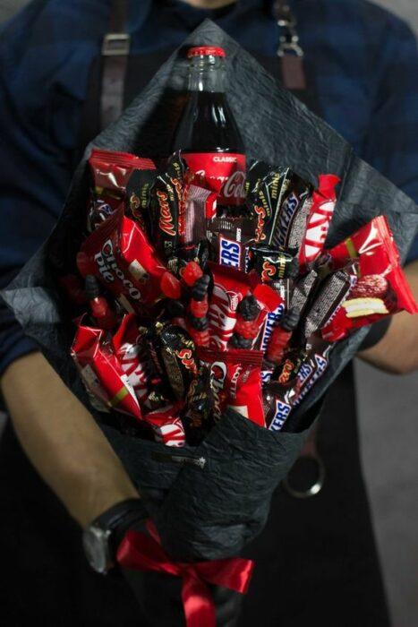 Ramos de chocolates snickers, kit kat y una coca cola con papel negro