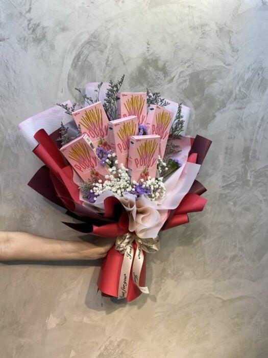 Ramos de palillos dulces Pocky con papel rojo, café y blanco