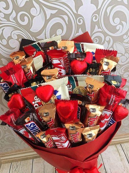 Ramos de chocolates variados envueltos en un papel rojo