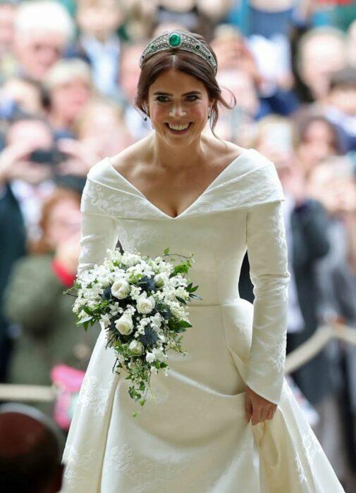 Eugenia de York  el día de su boda luciendo un vestido blanco de encaje con un ramo de novia con flores blancas