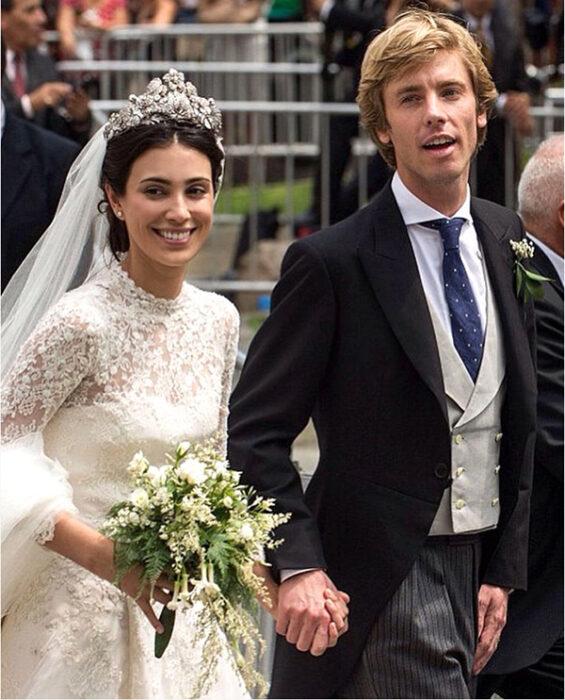 Alessandra de Hannover  el día de su boda luciendo un vestido blanco de encaje con un ramo de novia con flores blancas