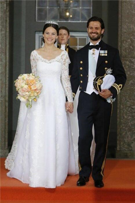 Sofia Cristina de Suecia  el día de su boda luciendo un vestido blanco de encaje con un ramo de novia con flores blancas