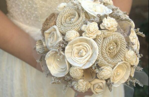 Rammo de novia hecho con diferentes texturas de tela  y perlas de fantasía