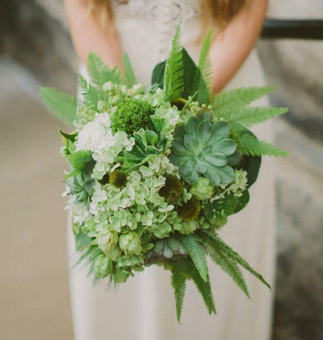 Ramo de novia hecho con suculentas totalmente de color verde