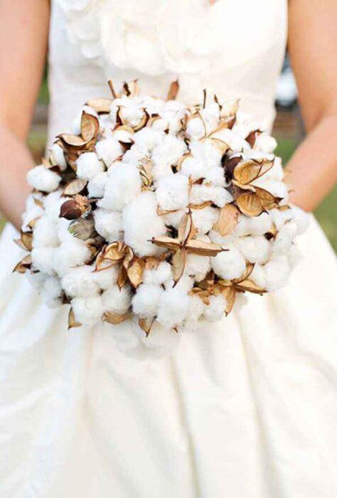 Ramo de novia hecho de bolitas de algodón combinadas con flores doradas