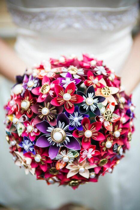 Ramo de novia hecho con diferentes hojas de pepel de colores