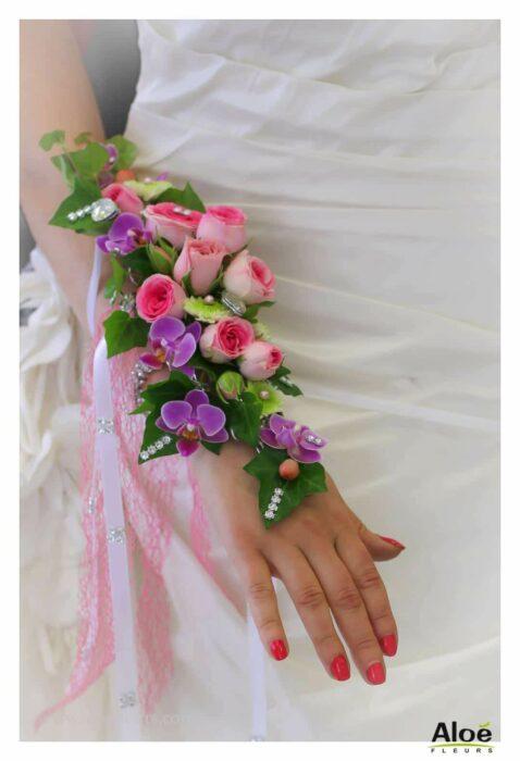 Ramo de novia hecho con rosas y sujetado en el brazo