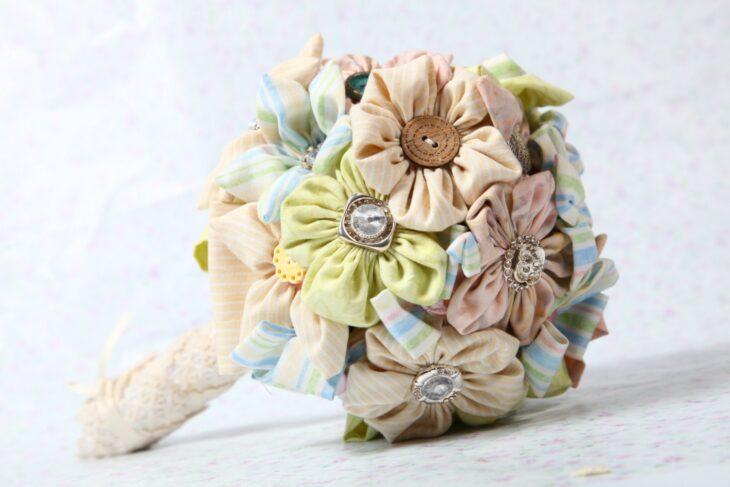 Ramo de novia hecho con retazos de tela y botones