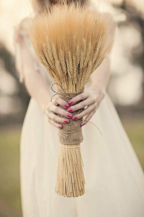 Ramo de novia hecho con varas de trigo