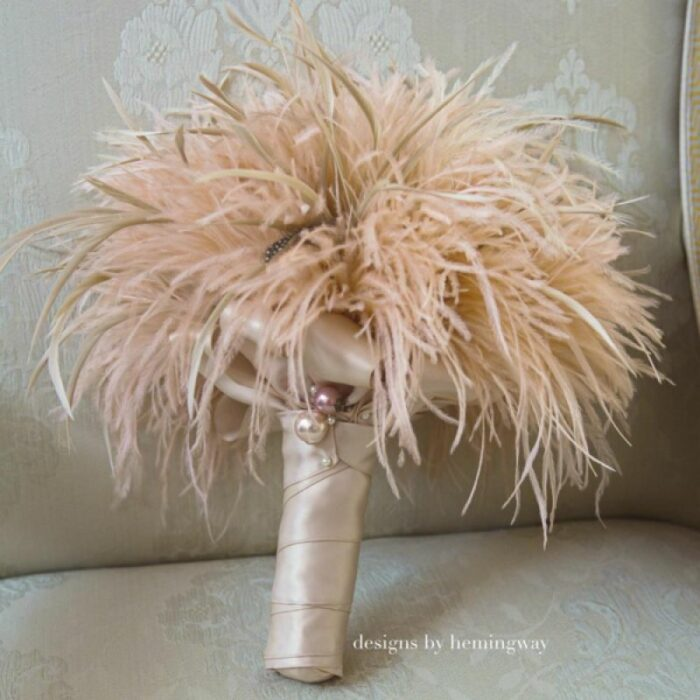 Ramo de novia hecho con diferentes plumas de color café