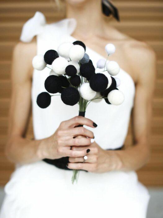 Ramo de novia sencillo hecho con pompones de color negro y blanco