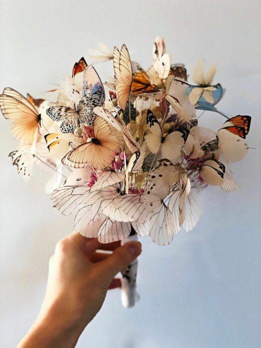 Ramo de novia hecho con diferentes mariposas