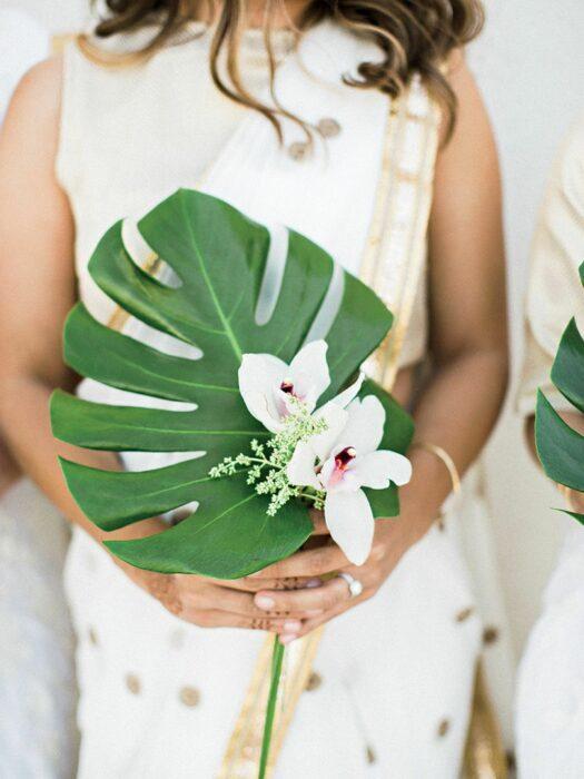 Ramo de novia hecho con una hoja grande y dos orquídeas de color blanco