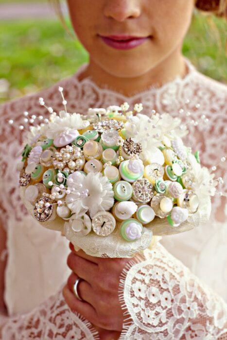 Ramo de novia hecho con diferentes botones de colores