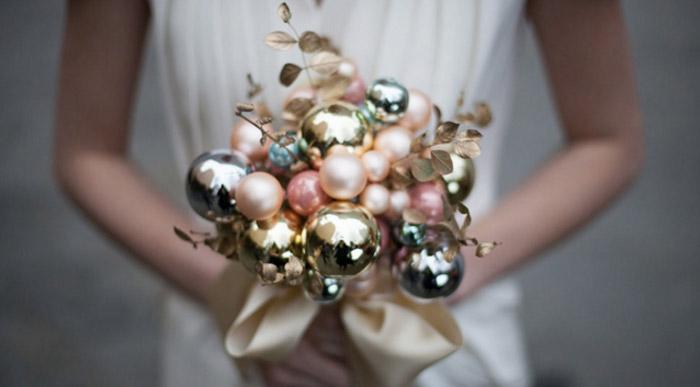 Ramo de novia hecho con esferas de color dorado con rosa