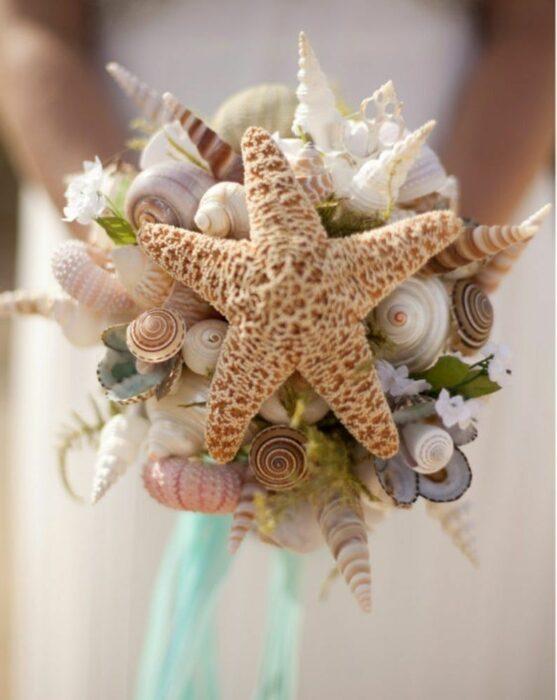Ramo de novia hecho con conchas de mar y una estrella de mar