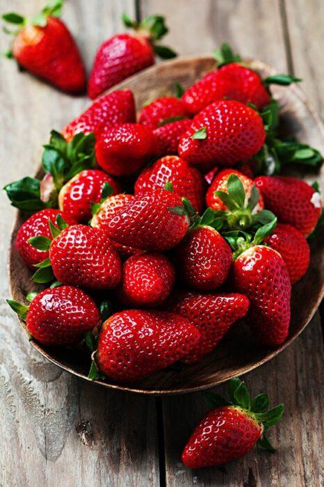Strawberry puree to remove underarms; Natural medicine